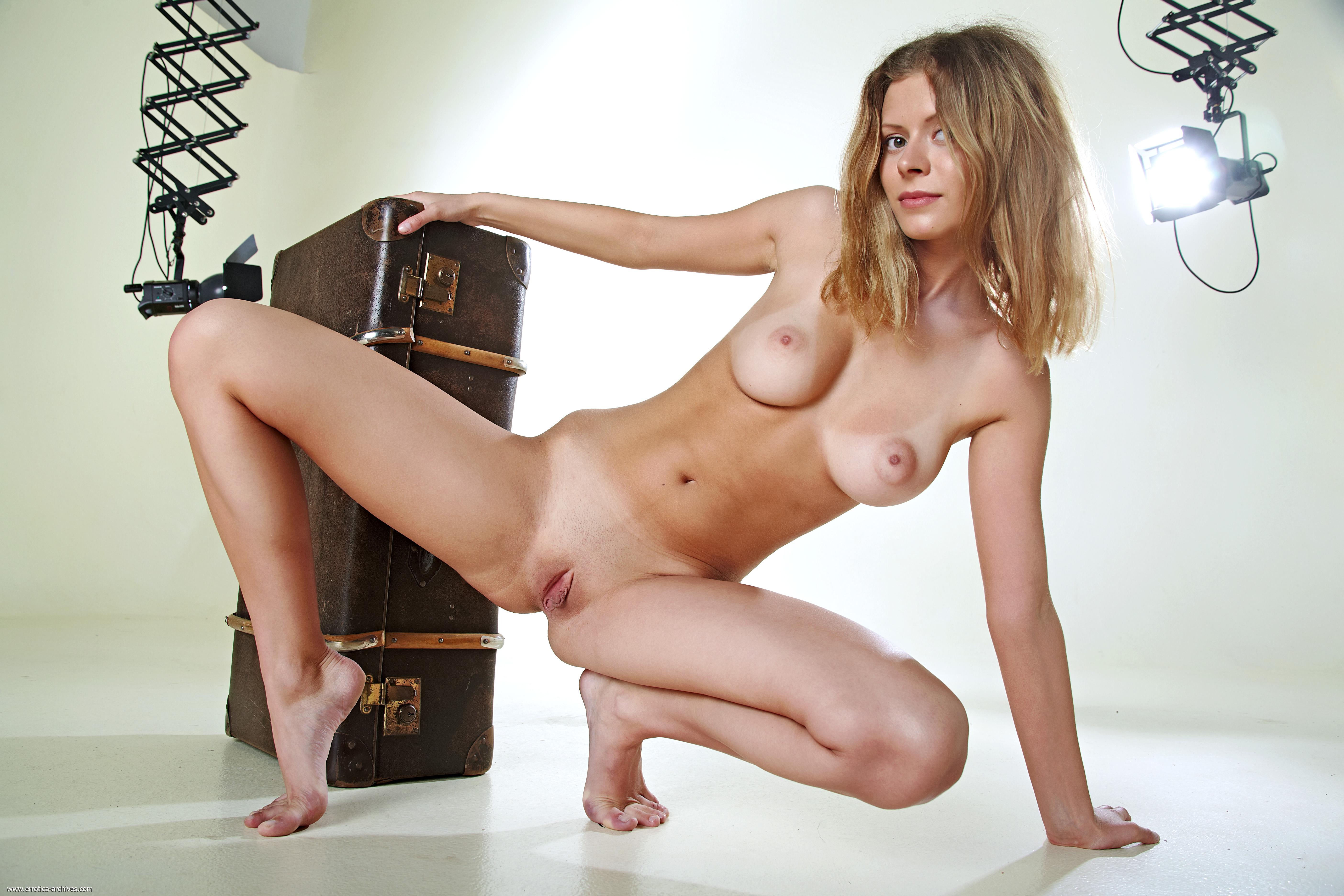 Раздеваются в студии, Яркая девушка позирует в студии - смотреть онлайн 23 фотография